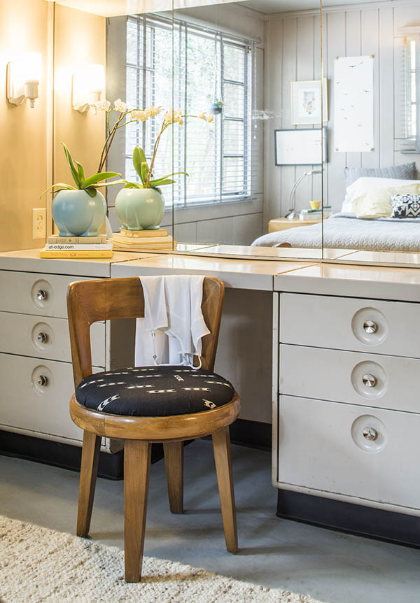 Built-in steel bedroom vanity